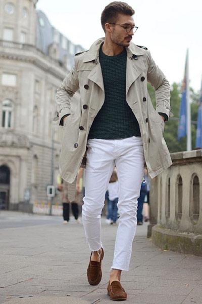 look de mi-saison homme pantalon blanc et trench-coat