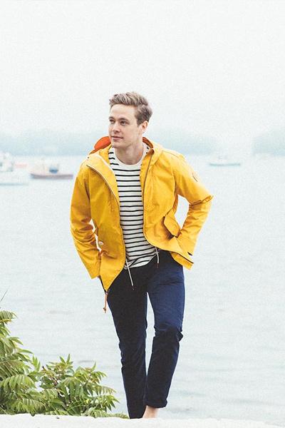 pantalon bleu marine, marinière et veste de pluie jaune