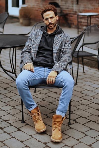 porter des timberland homme avec un jean et un hoodies