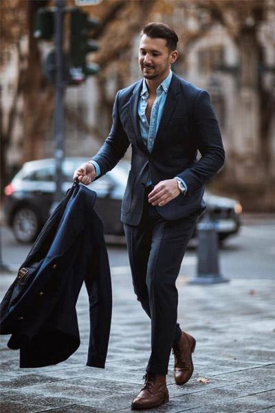 look habillé homme avec costume bleu marine et chemise bleu clair et brogue boots