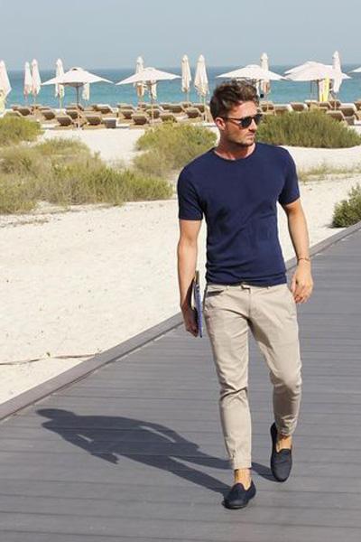 look casual pour homme avec un pantalon beige et un t-shirt bleu marine