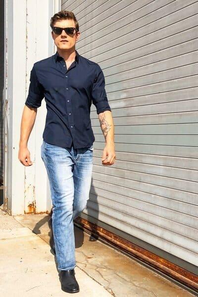 chemise bleu marine homme portée avec un jean