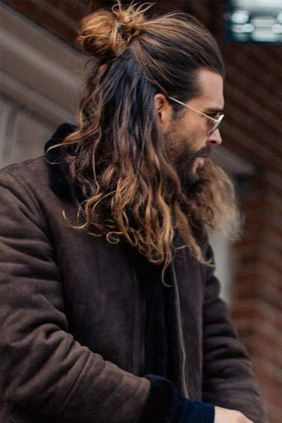 cheveux longs half bun homme