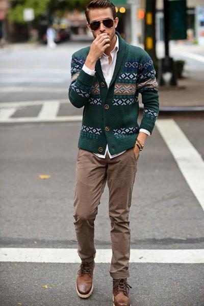 porter un pantalon marron avec un cardigan vert