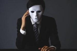 仮面を着けた男性
