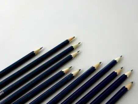 並んだ鉛筆の写真