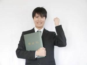 学位記を手にする男性