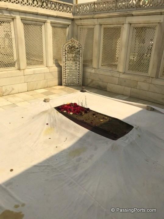 Simple resting place for Aurangazeb