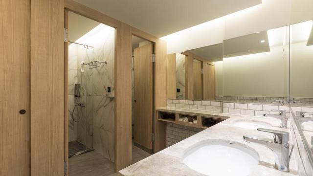Shared bathroom Meander Taipei Hostel