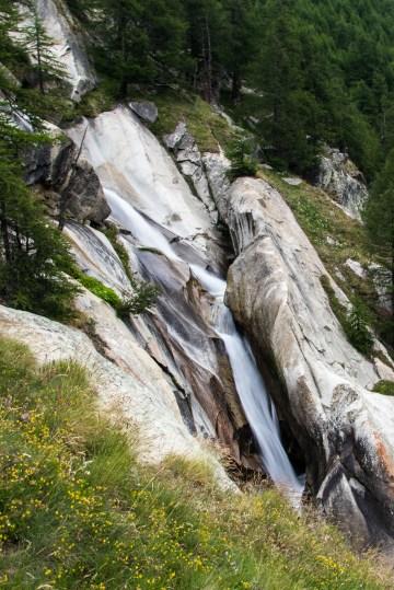 Une belle cascade en vallée