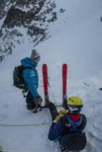Assurage avec batons sur skis plantés