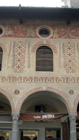 Particolare delle decorazioni della piazza