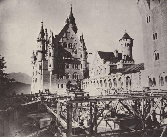 1024px-Neuschwanstein_-_Blick_in_den_oberen_Schlosshof