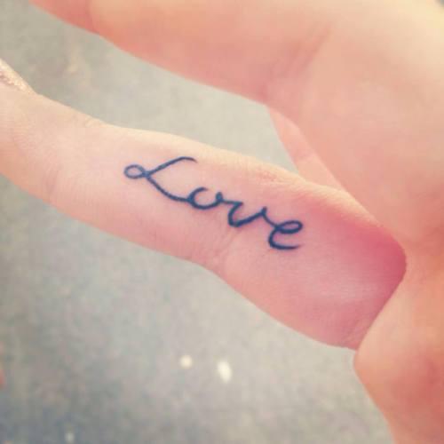 Tatuaggi sulle dita lanello che  davvero per sempre