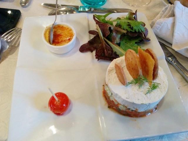 Saumon fumé en tartare de tomates et concombres, sablé au comté et crème brûlée au foie gras