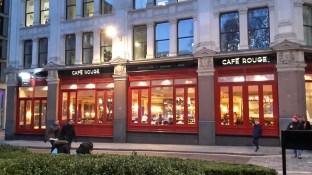 Cafè Rouge, dort waren wir Kaffee trinken und Kuchen essen, nachdem wir ein paar Tage später St. Pauls besichtigt haben
