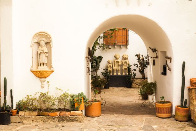 traditional figures in villa de leyva street