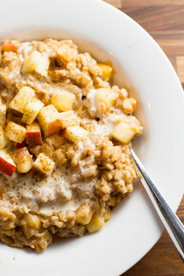 Apple Pie Oatmeal | Vegan - Gluten-Free - Unrefined Sugar | https://passtheplants.com
