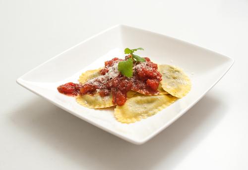 Raviolli alla Napoletana – kaas ham raviolli met tomatensaus