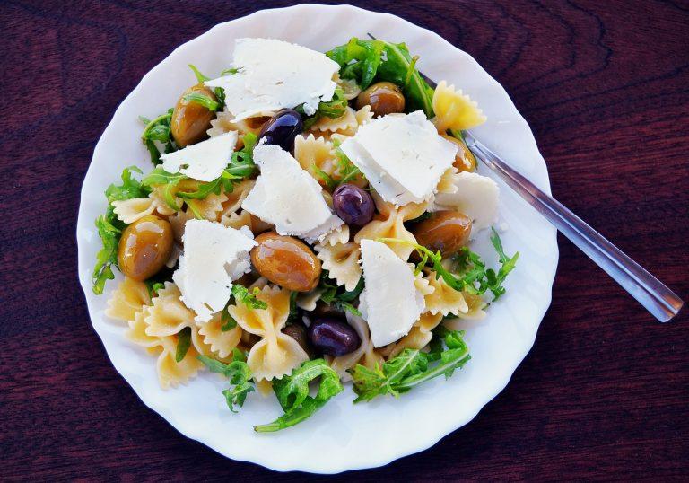 Pastasalade met feta, fusilli, rucola en olijven