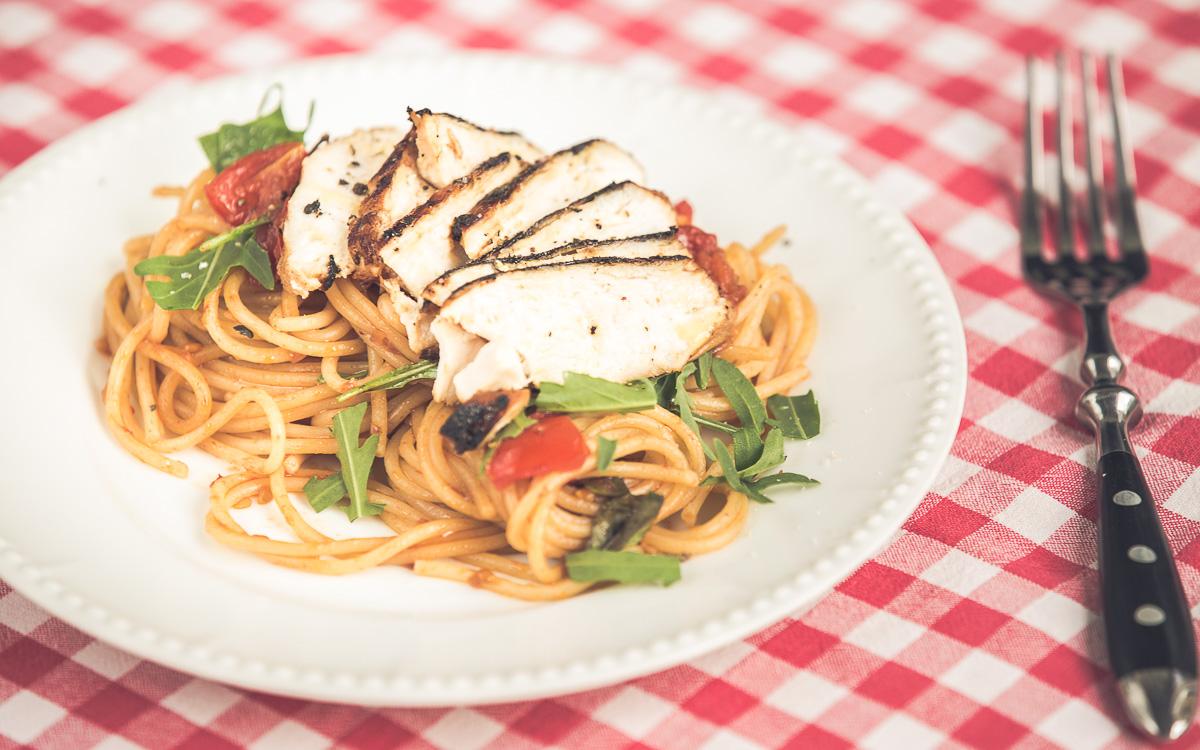 Spaghetti mit Balsamico-Hühnchen und Tomaten