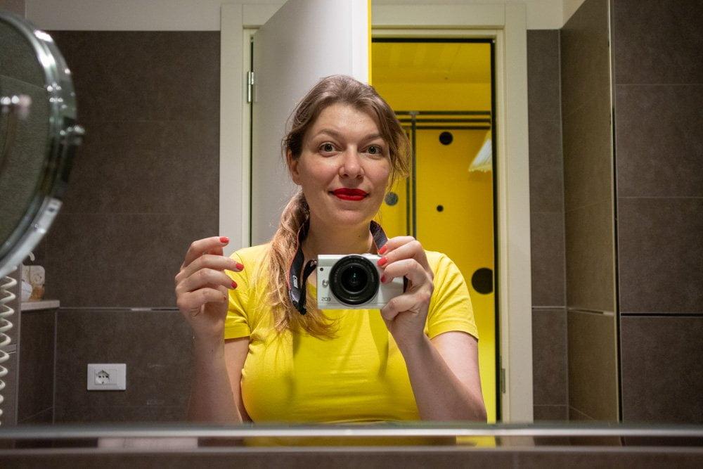 Paola Bertoni nel bagno nella camera L'Invasione dei Pois al JHD Dunant Hotel
