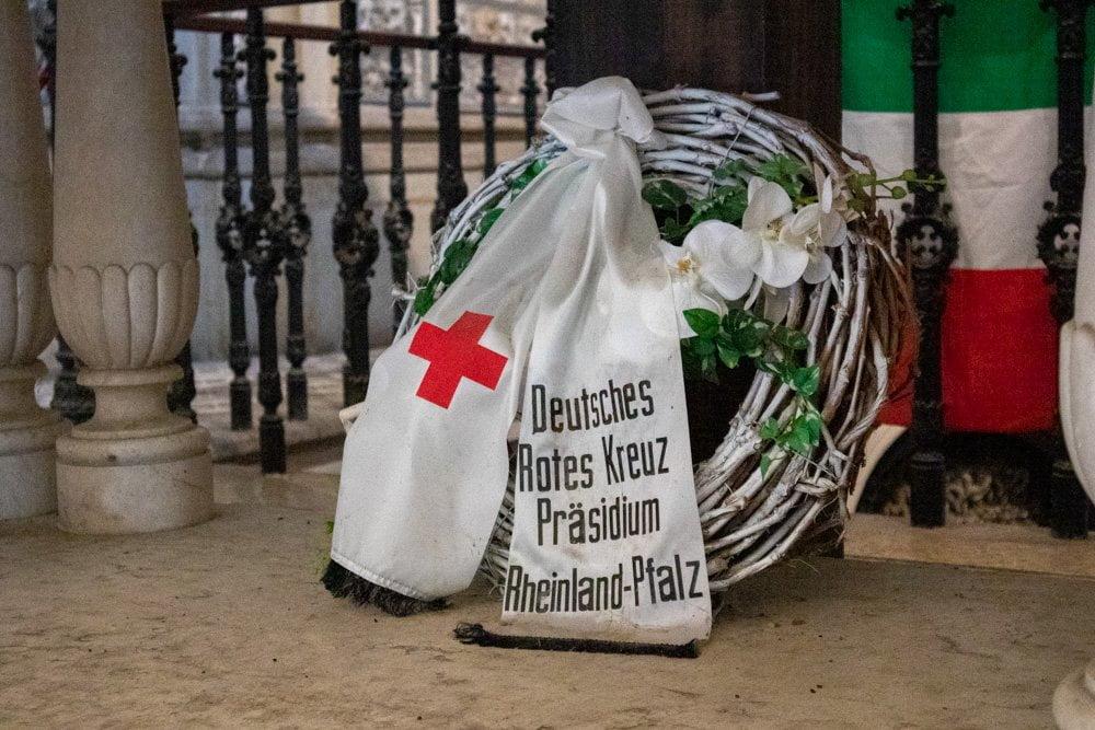 Una corona dedicata alla croce rossa all'Ossario di Solferino