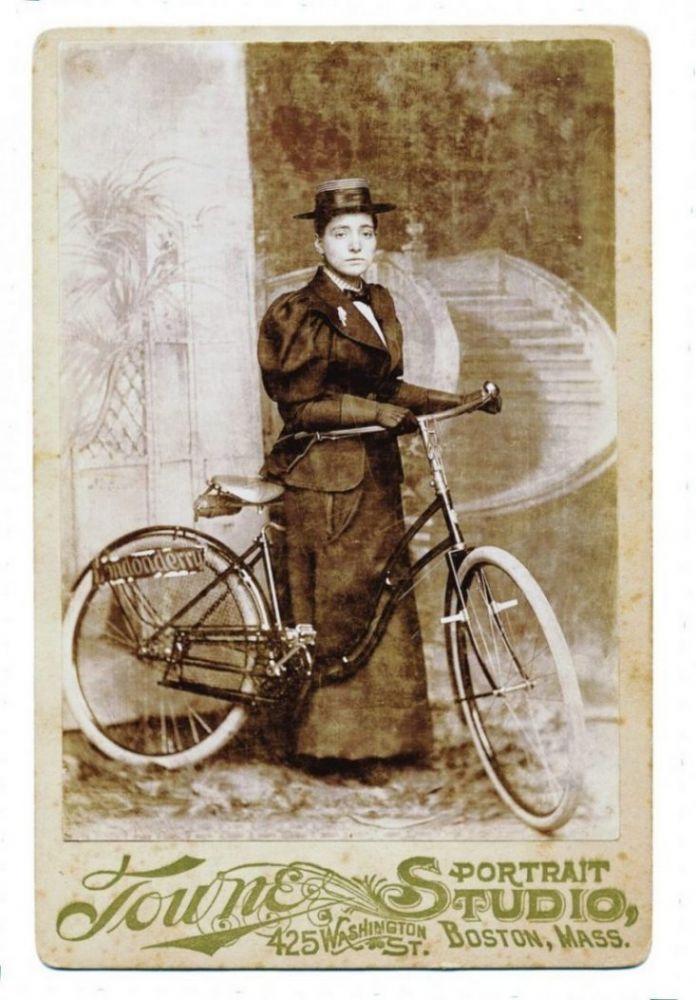 Ritratto di Annie Londonderry in bicicletta