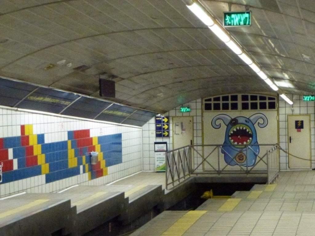 La fermata Paris Square della metropolitana Carmelit di Haifa