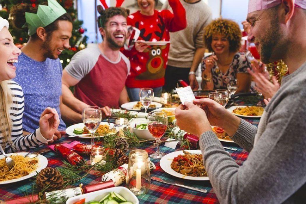 Foto di stock con tizi che indossano ridicoli maglioni natalizi e ridono senza motivo