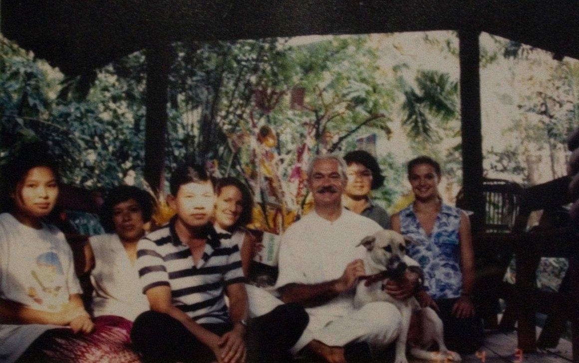 Tiziano Terzani con amici e famiglia a Turtle House a Bangkok