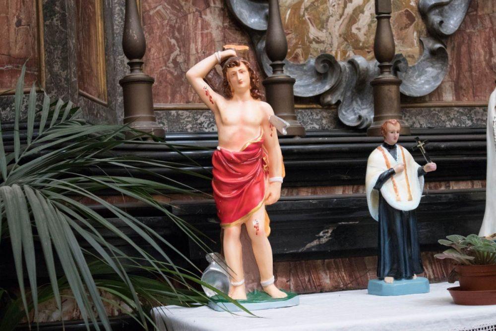 Altarino kitsch con santi e altri personaggi cattolici in plastica nella chiesa di San Bernardino alle Ossa a Milano