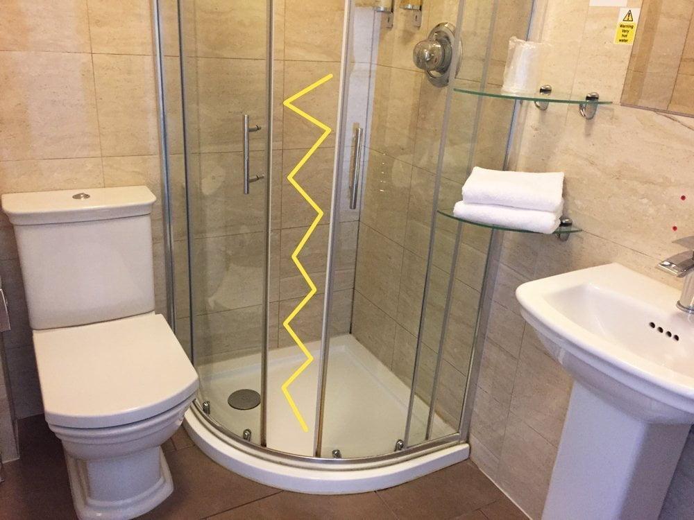 Doccia con la porta bloccata nel bagno della mia camera all'Innkeeper's Lodge London di Greenwich