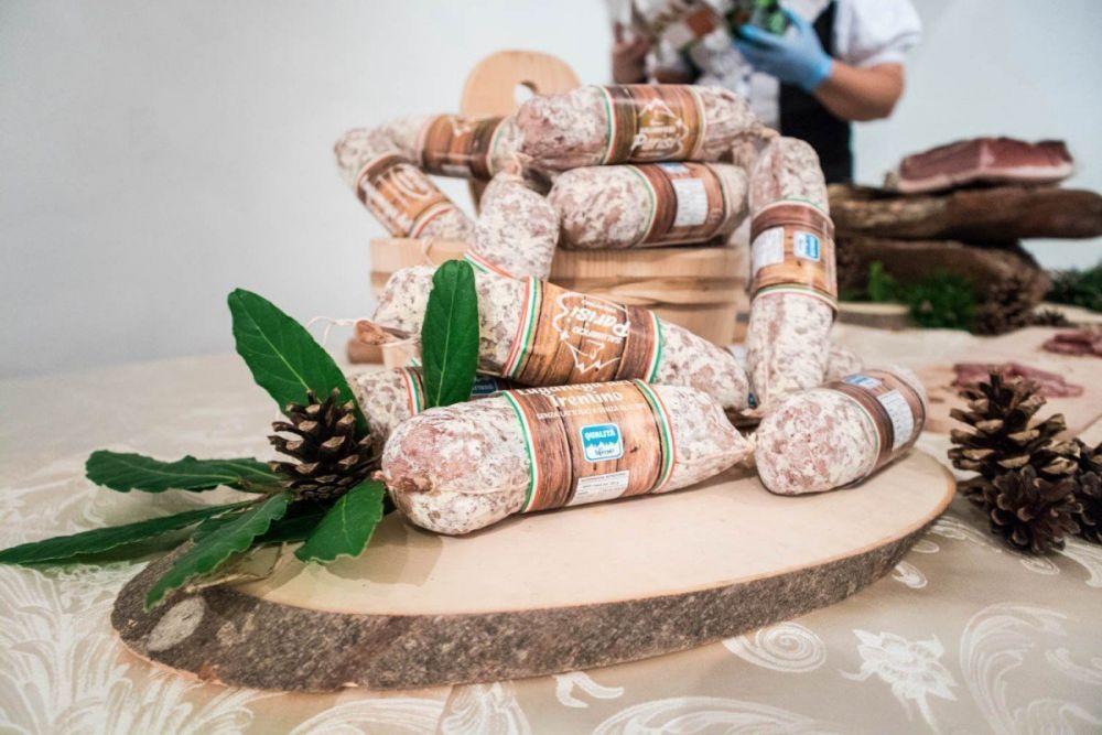 I salami luganega prodotti dal Salumificio Parisi del Trentino
