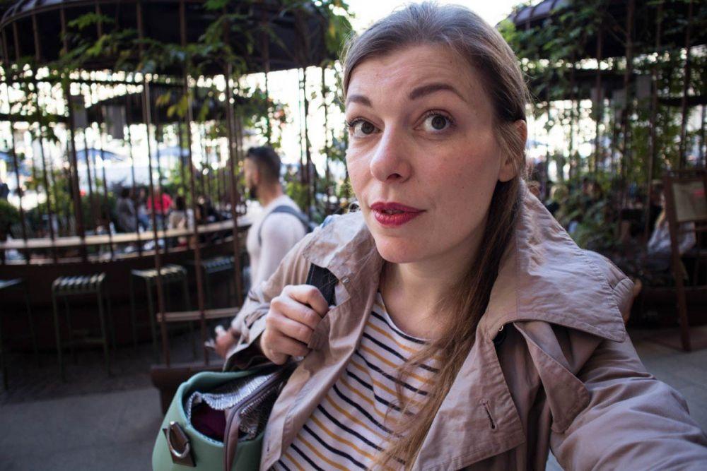 Paola Bertoni davanti al Palazzo delle Poste (Palazzo Broggi) di Milano in piazza Cordusio con borsa MyMia by Nuvita