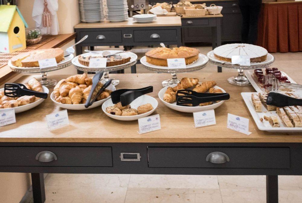 Tavolo della pasticceria al buffet della colazione dell'Hotel America a Trento