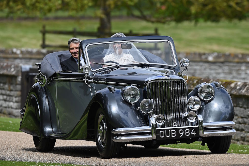 Pippa Middleton con il padre Michael su una Jaguar