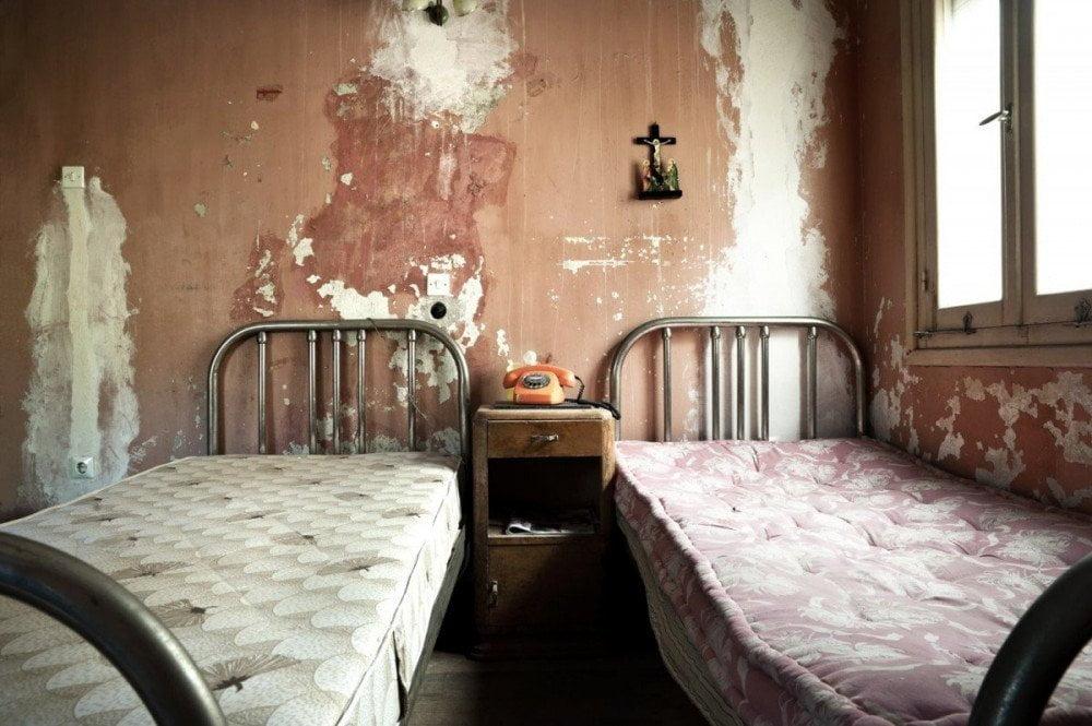 Viaggi da incubo, stanza hotel orrenda