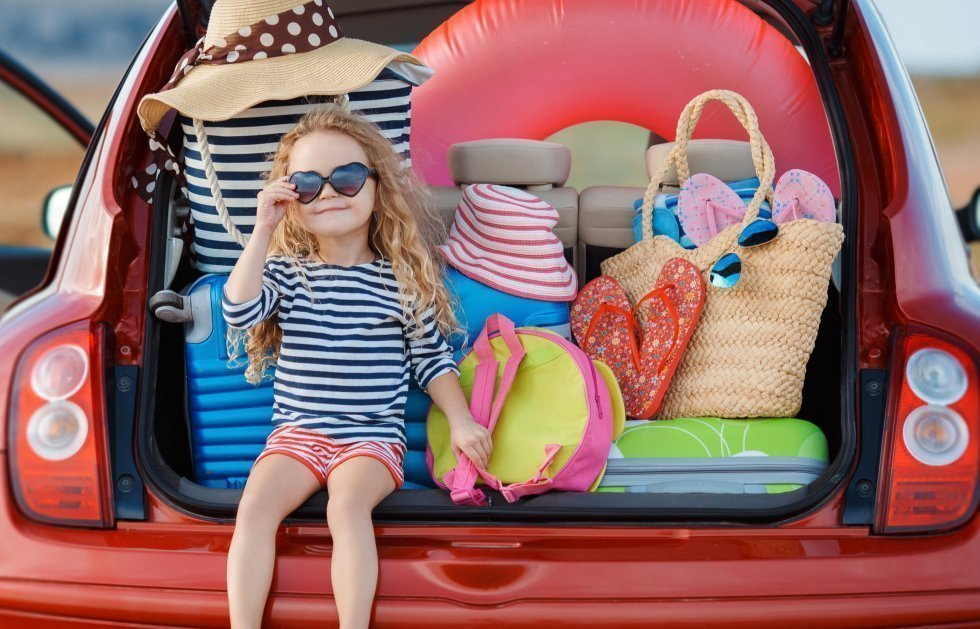 Bambina super fashion pronta a partire per un viaggio in auto