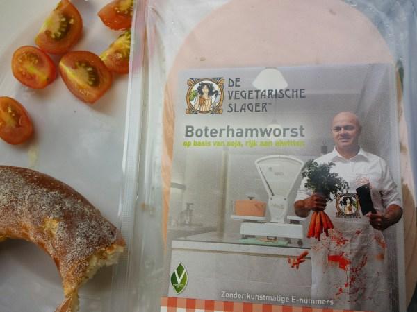 """Auch wenn der """"vegetarische Metzger"""" keine Tiere mehr verarbeitet: Auf ein blutiges Gemetzel mag er doch nicht verzichten."""