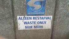 Müll trennt man nicht allzugern. Dann reicht hier auch eine Wegwerf-Übersetzung.