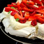 {Vanilla Berry Pavlova} – Pavlova cu vanilie si fructe rosii