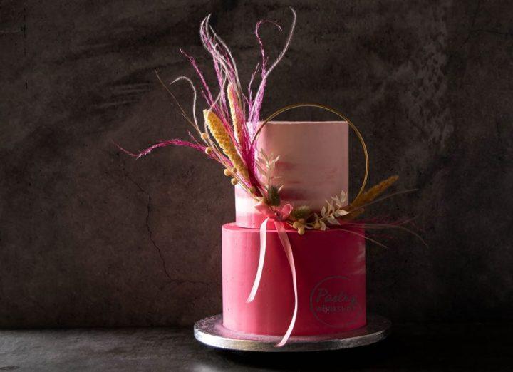 tort de eveniment imbracat in crema de unt roz