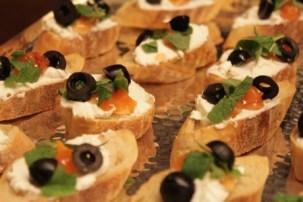 geröstetes Brot, Ziegenfrischkäse, Blutorangenconfitüre & Oliven