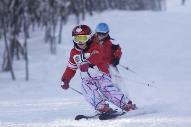 Niña esquiando en Cerro Castor, Ushuaia. Apertura de los centros de esquí.