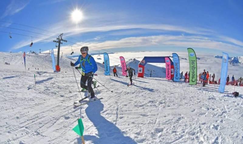 competidor en campeonato esquí de montaña