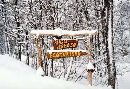 cartel que señala la entrada a Valle Hermoso en Ushuaia