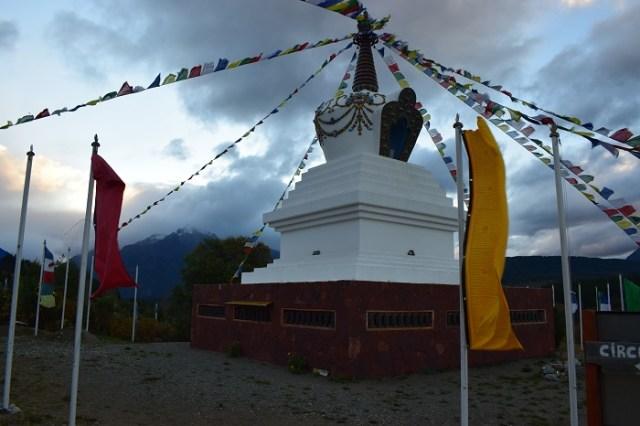 Banderas de la estupa flameando.
