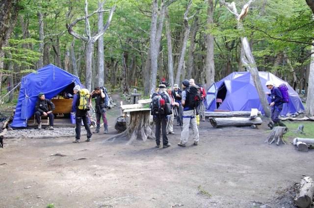 Grupo de personas acampando en una de las etapas del sendero binacional