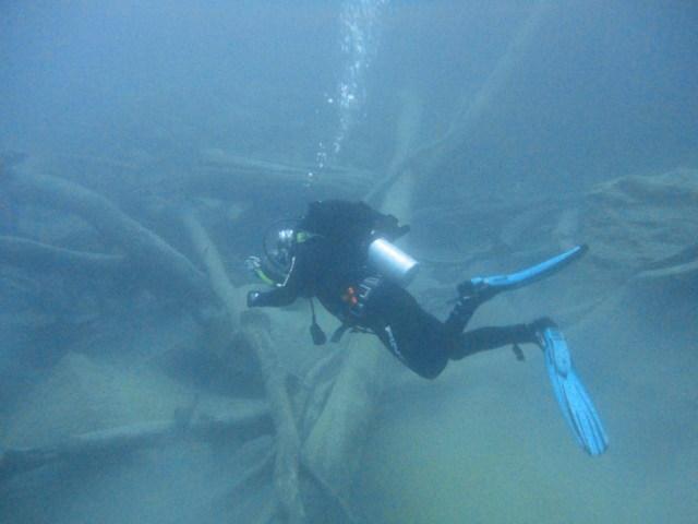 Persona buceando en las profundidades del lago Lácar